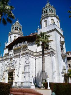 Grand_entrance_to_hearst_castle